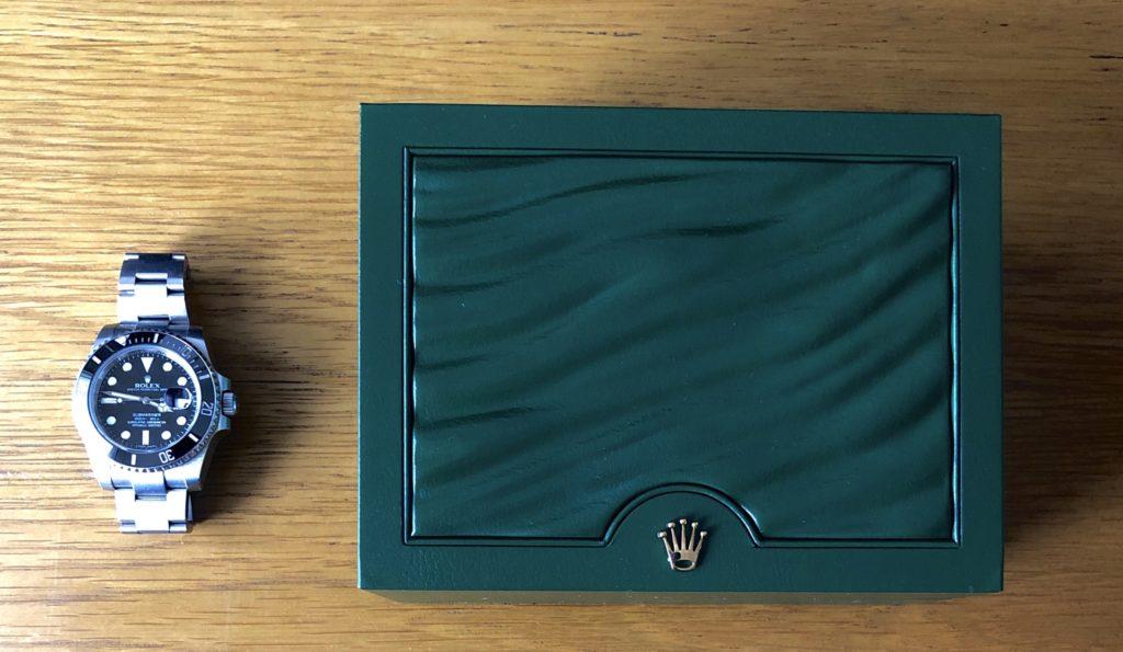 時計と箱の画像