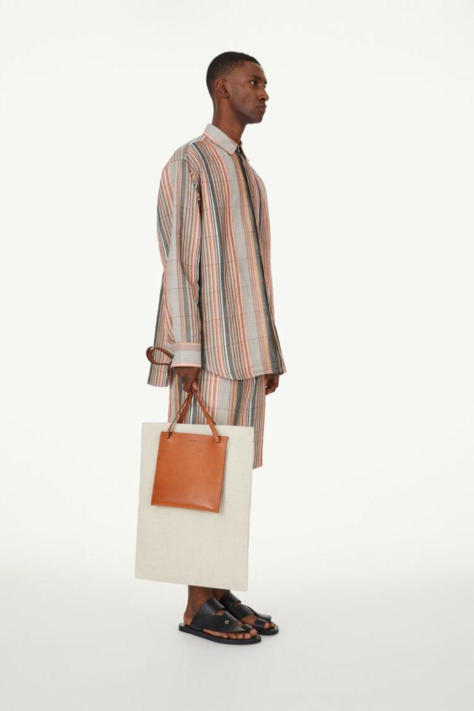 男性とバッグ
